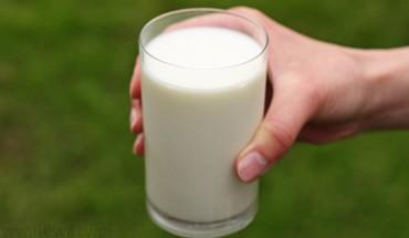 Młoda dziewczyna dała chłopcu szklankę mleka – to zmieniło ich życie na zawsze!