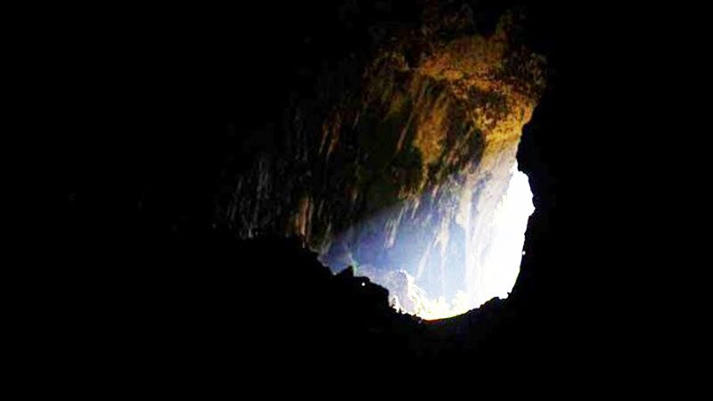Miejscowy rolnik dostrzegł ogromną dziurę w skale. To, co znalazł w środku, oszołomiło cały świat!