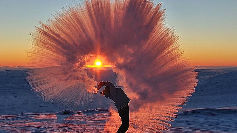 Wylał z termosu gorącą herbatę przy temperaturze -40° C. Efekt jest spektakularny!