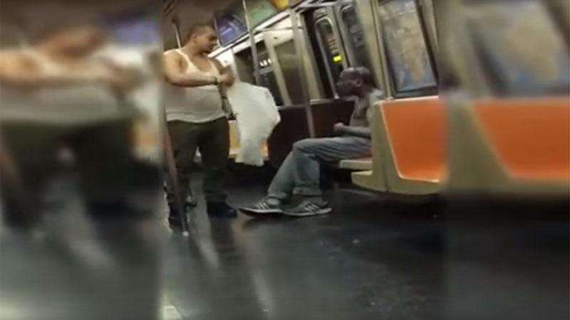 Mężczyzna zobaczył, że bezdomny w środku zimy nie ma nawet koszuli, to, co zrobił wzrusza do łez!