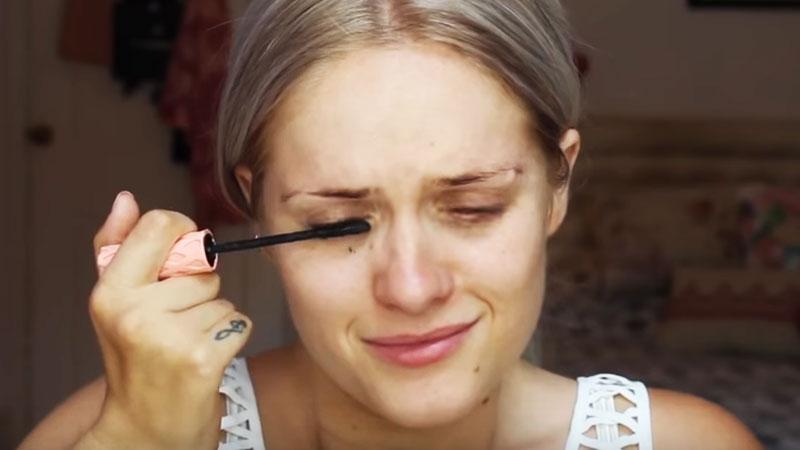 Dziewczyna zaczęła robić sobie makijaż. Nagle się rozpłakała! Gdy spojrzałam na jej lewą rękę, zaniemówiłam!