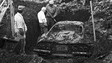 Dwóch chłopców bawiło się na podwórku. Gdy zaczęli kopać w ziemi, odkryli coś, co zdziwiło ich do głębi!