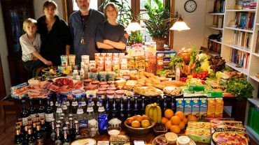 Poprosili każdą z rodzin, aby udała się na zakupy i kupiła typowe tygodniowe jedzenie. Ostatnia fotografia daje do myślenia…