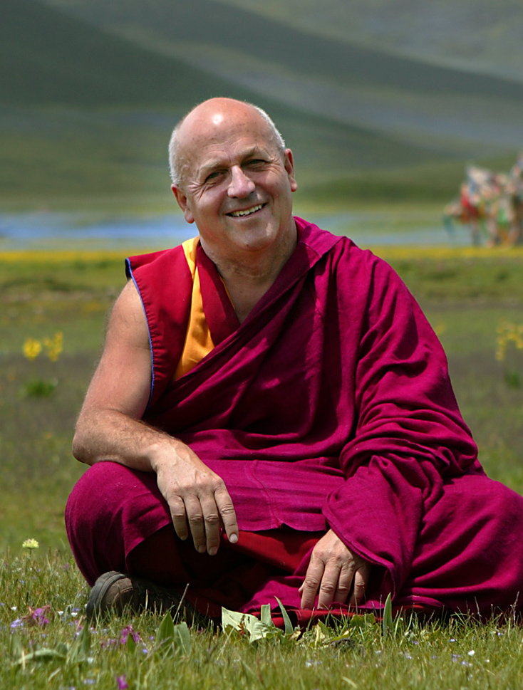 L'auteur (M. Ricard). Prairie à 4000 mètres d'altitude dans l'est du Tibet, le Kham, au mois d'Août, l'un des quatre mois de l'année où la température est clémente. Dans le lointain se dressent des drapeaux à prières. 2004