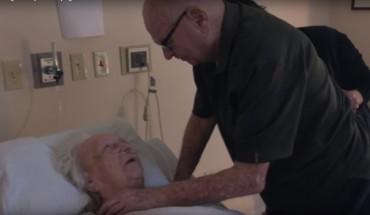 92-letni mężczyzna żegna ukochaną żonę, śpiewając jej niezwykłą piosenkę