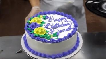 Mężczyzna zamówił tort, a pracownicy cukierni szybko ozdobili go na jego oczach!