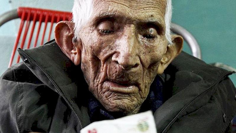 Stary człowiek, który nie miał nic wartościowego, zmarł w domu opieki. Podczas sprzątania jedna z pielęgniarek dostrzegła TO!