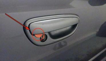 Jeśli znajdziesz monetę pod klamką drzwi w samochodzie, z pewnością nie masz szczęścia!