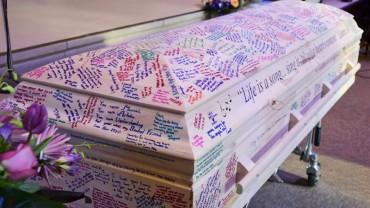 Uczniowie z klasy pomalowali trumnę zmarłej 18-latki. Zrobili to z bardzo smutnego powodu