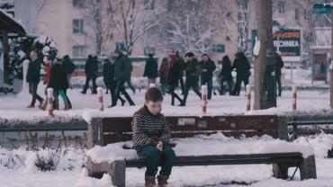 Mały chłopiec marzł na ławce bez kurtki w środku zimy. Reakcja przechodniów daje do myślenia