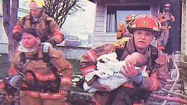 Strażak uratował dziewczynkę z pożaru. 17 lat później zrobiła coś w zamian…
