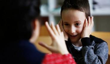 Głuchy chłopiec po raz pierwszy idzie do normalnej szkoły, kompletnie nie spodziewając się tego, co tam zastanie