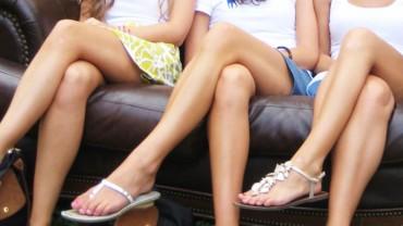 Podczas siedzenia zakładasz nogę za nogę? Zobacz kilka powodów, dla których nie powinnaś tego robić!