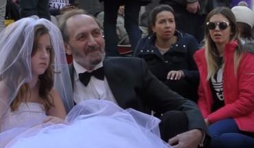 Starszy mężczyzna pozował do zdjęć ze swoją 12-letnią żoną. Przechodnie nie mogli się powstrzymać od emocjonalnych reakcji!
