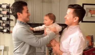 Ojciec wraz z bratem bliźniakiem żartują z małego dziecka. Zabawne czy okrutne?