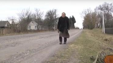 Pani Eugenia ma 82 lata i tak kocha czytać, że bez wahania pokonuje 14 kilometrów, by wypożyczyć nową książkę!