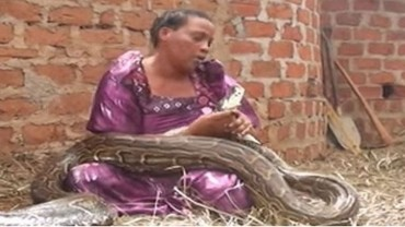 Ta kobieta sypiała ze swoim wężem w jednym łóżku! Co przerażającego na ten temat powiedział jej weterynarz?