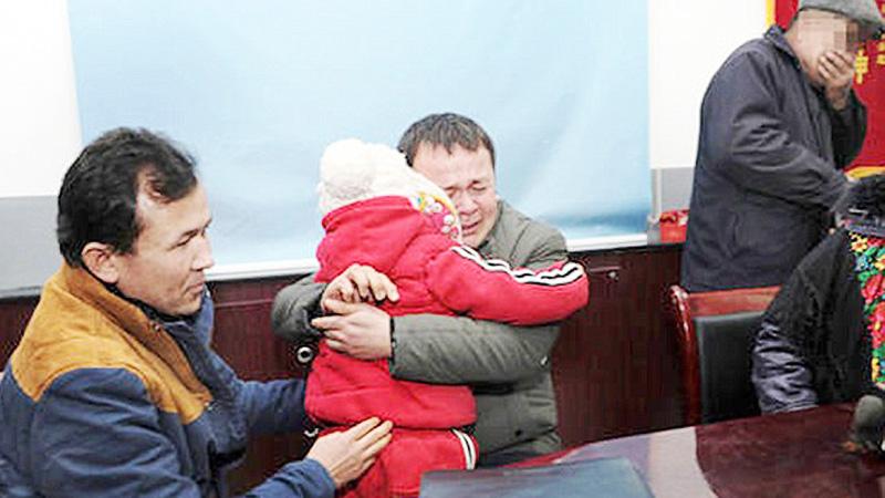 Mężczyzna widzi w internecie informację o zaginionym dziecku. Gdy patrzy na swoją córkę, dokonuje strasznego odkrycia