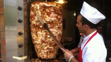 Jakie zło czyha w kebabie? Zobacz, co zazwyczaj siedzi w tym popularnym daniu