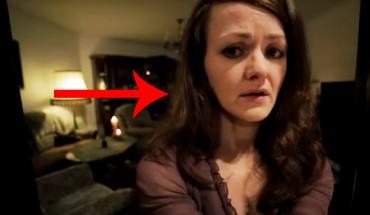 Kobieta, będąc sama w domu, robi sobie seksowną fotkę. Nagle okazuje się, że w pokoju jest ktoś jeszcze…