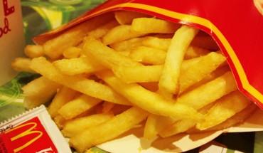 Na prośby konsumentów McDonald's ujawnił, co znajduje w jego frytkach. Klienci nie mogą wyjść z szoku!