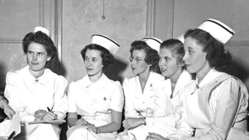 Ubiór pielęgniarki jest jednym z najbardziej charakterystycznych strojów zawodowych. Zobaczcie, jak zmienił się od XIX wieku
