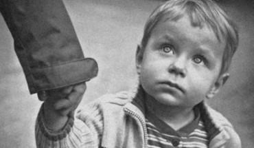 Kierowca autobusu przyglądał się samotnemu małemu chłopcu… Powód, dla którego to robił, jest poruszający!