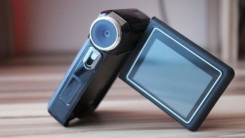 Kobieta zamontowała w domu ukryte kamery, by dowiedzieć się, jak opiekunka traktuje jej matkę. Kiedy oglądnęła nagranie, była w szoku!