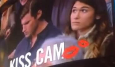 Chłopak zlekceważył swoją dziewczynę, gdy ta chciała go pocałować na meczu. Bardzo szybko pożałował tej decyzji…