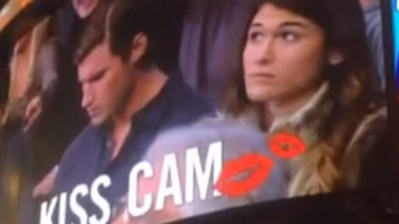 Chłopak zlekceważył swoją dziewczynę, gdy ta chciała go pocałować na meczu. Bardzo szybko pożałował tej decyzji...