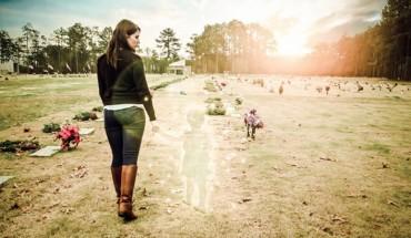 Matka zrobiła sobie poruszającą sesję zdjęciową po śmierci córki. Jednak prawda o tym, co się stało, szybko wyszła na jaw i zmieniła wszystko!