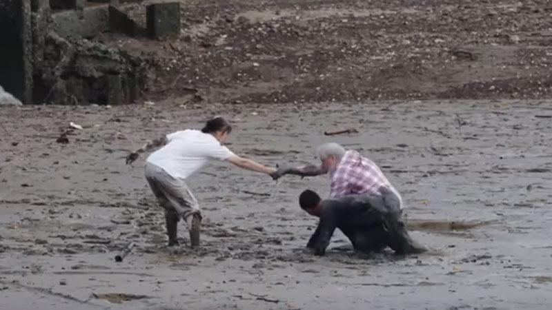 Tajski rybak z narażeniem własnego życia uratował parę turystów! Zobaczcie film z jego bohaterskim wyczynem