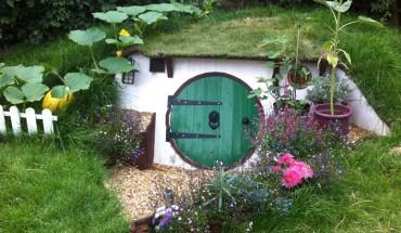 Jeśli jesteście fanami Hobbitów i dysponujecie ogródkiem to podpowiadamy, jak zbudować domek rodem z Shire!