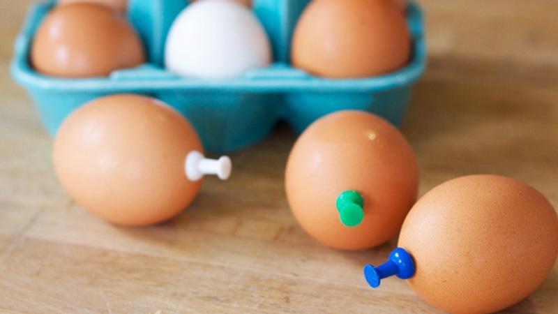 W surowe jajka wbiła biurowe pinezki. To prosty trick, który przyda się każdemu!