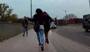 Gdy napadnięta nastolatka wzywała pomocy z interwencją ruszył rowerzysta. Całą sytuację nagrała kamera