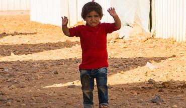 Zdjęcie wystraszonego dziecka, które wzruszyło cały świat. Ten jeden gest mówi więcej niż tysiąc słów!