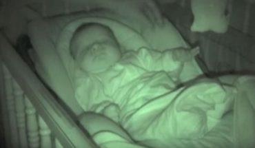 Rodzice sprawdzali czy ich syn spokojnie śpi. Zobaczcie, jakie nietypowe zachowanie dziecka udało im się nagrać