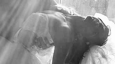 Ten człowiek zdradził żonę i postanowił się z nią rozwieść. Kilka dni później zauważył, że zaczyna się z nią dziać coś niepokojącego…