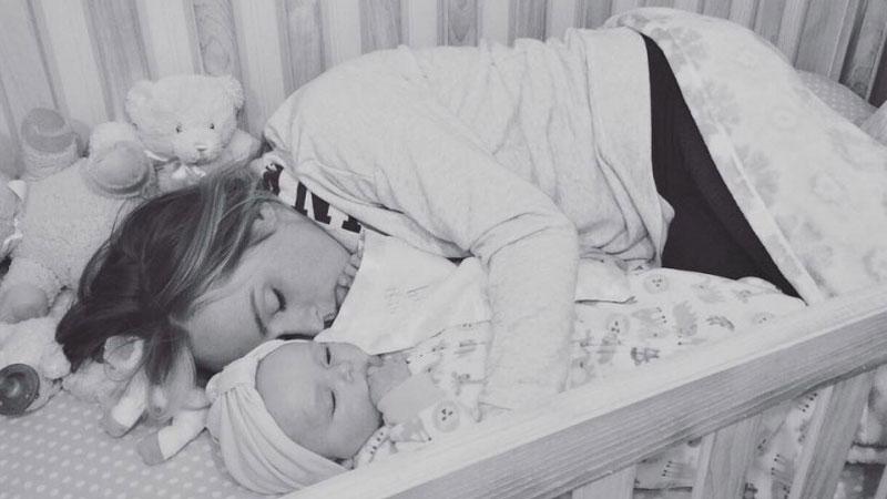 Rodzice śpiący z dzieckiem w ich łóżeczku to rzadki widok, ale powód, dla którego robi to Dayna jest niezwykły i wzruszajacy