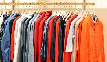 Stare T-shirty zalegają wam w szafach? Wystarczą tylko nożyczki, a możecie w prosty sposób nadać im nowy wygląd