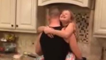 Ta dziewczynka ma chyba najlepszego ojca na świecie! Zobaczcie, jak tanecznym krokiem wspólnie przygotowują rodzinne śniadanie
