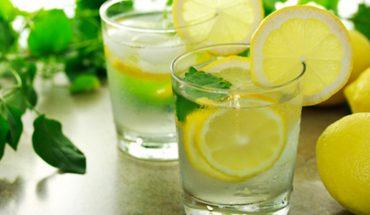 9 mocnych powodów, dla których musisz zacząć pić wodę z cytryną. Nie uwierzysz, co może zdziałać ten prosty i tani napój!