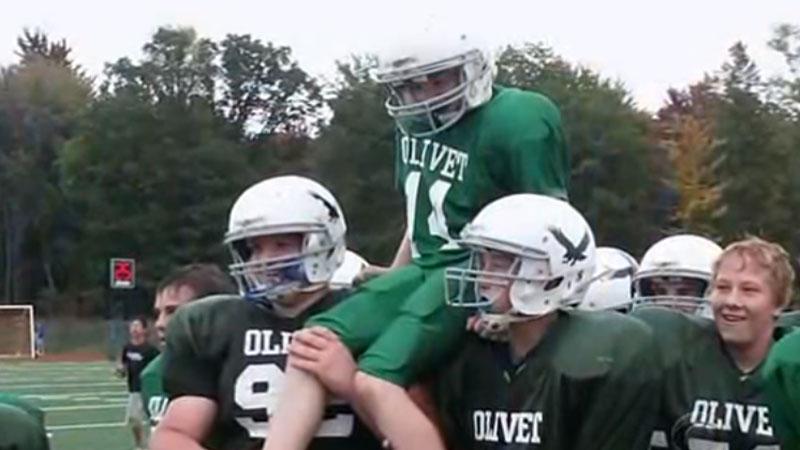 Uczniowie ze szkolnej drużyny footballowej zrobili niepełnosprawnemu koledze wyjątkową niespodziankę! Zobaczcie video