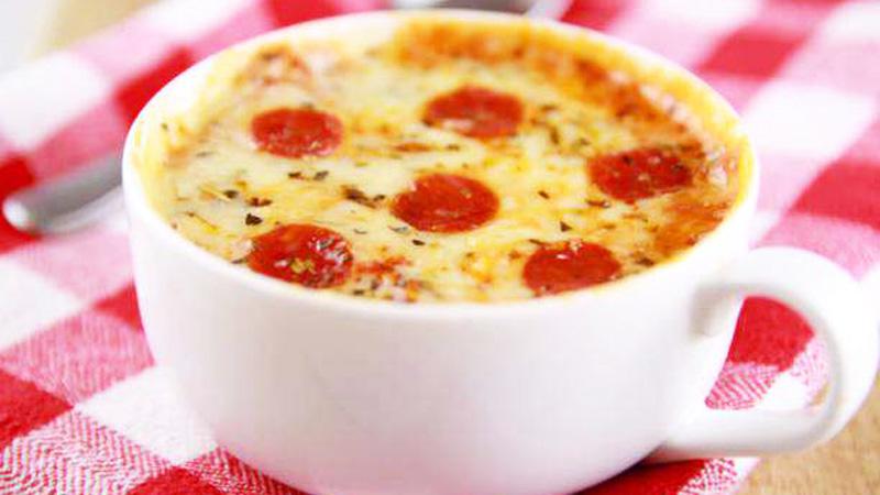 Mini pizza w kubku! Przygotujesz ją w 5 minut, zapiekając w mikrofali!