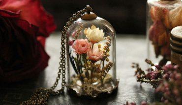 Ruby Robin tworzy niecodzienną biżuterię, gdyż w jej wnętrzu umieszcza… kwiaty! Chcielibyście nosić jej projekty?