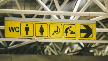 Uważajcie na stoły do przewijania niemowląt w publicznych toaletach! Robione tam głupie żarty mogą okaleczyć wasze dziecko