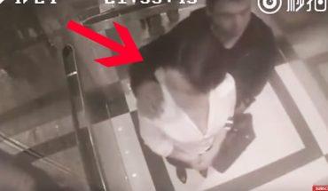 Jechali sami w windzie. Nagle zaszedł ją od tyłu i zaczął obłapiać. Jej reakcja mówi wszystko!