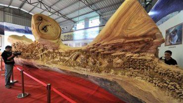 Chiński artysta przez 4 lata rzeźbił w jednym kawałku drzewa. Efekt jego pracy zapiera dech w piersiach!
