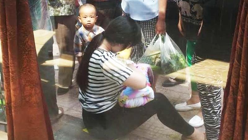 26-latka znalazła niemowlę w plastikowym pojemniku. To, co zrobiła chwilę później, sprawiło, że wokół niej zebrał się tłum!