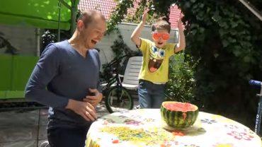 Czy można przeciąć całego arbuza tylko za pomocą gumek recepturek? Pewien ojciec z synem dowodzą, że tak!